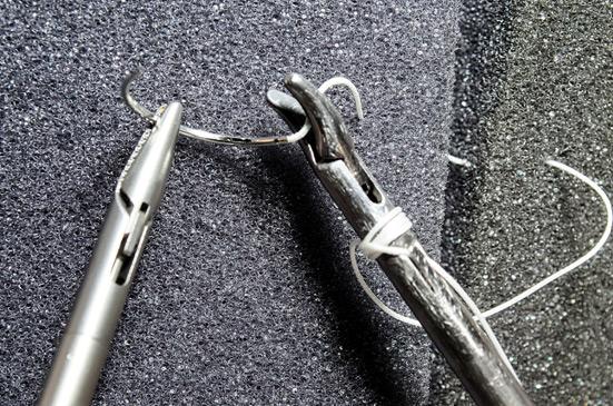 Модифицированным иглодержателем захватывают нить рядом с иглой